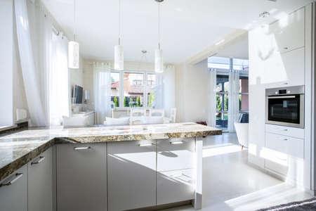 Cucina e sala da pranzo in appartamento di lusso Archivio Fotografico