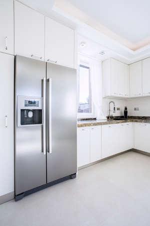 refrigerador: Amplia cocina brillante belleza con gran nevera