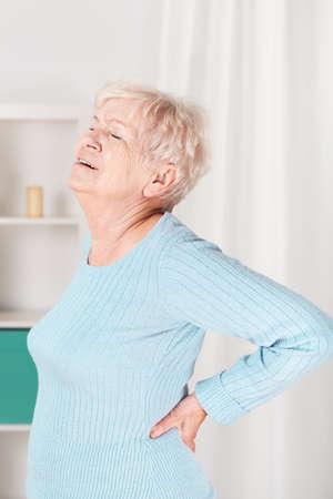 Verticale weergave van opa die lijden aan pijn in de rug