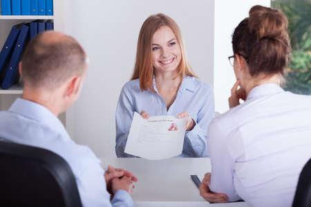 Candidata mujer joven que presenta su aplicación en la entrevista de trabajo Foto de archivo - 33091062