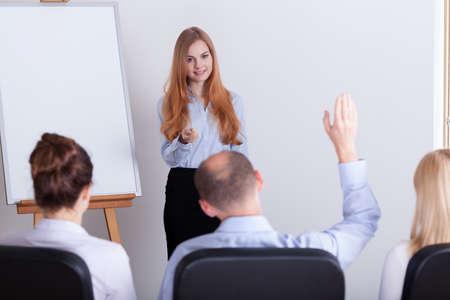 Homme de poser la question au cours de la conférence de la femme