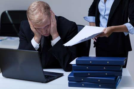 ouvrier: Jeune employ� fatigu� et sa patronne exigeante au travail