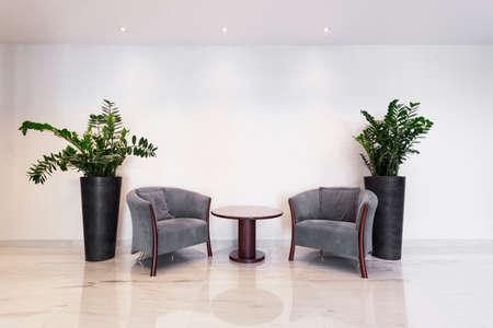 비즈니스 사무실에서 안락 의자와 커피 테이블 스톡 콘텐츠