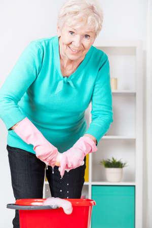 damas antiguas: Mujer mayor sonriente que preparar en casa para Navidad