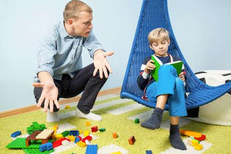 habitacion desordenada: Padre enojado a causa de desorden en la sala de hijo