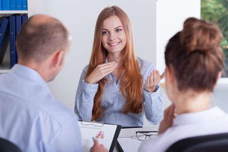 trabajo: Hermosa mujer joven y su entrevista de trabajo