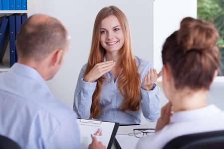Jonge mooie vrouw en haar sollicitatiegesprek