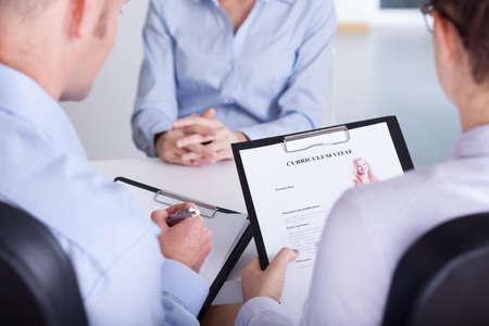 Zwei Arbeitgeber Überprüfung Lebensläufe neuen Kandidaten Standard-Bild - 33082155