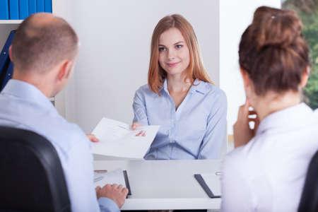 Jonge mooie vrouw en het begin van haar sollicitatiegesprek