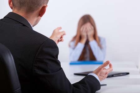 acoso laboral: Jefe joven intimidación al candidato en su reunión de trabajo