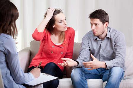 Vista horizontal de casamento durante a psicoterapia