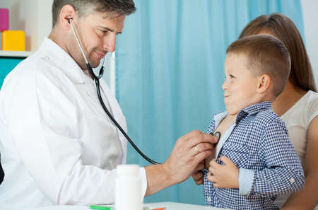 pediatrist: Pediatrist examinate young patients lungs with stethoscope