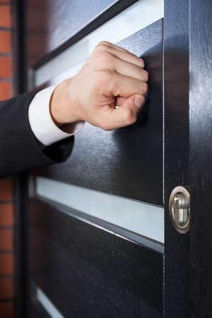 tocar la puerta: Vendedor de puerta a puerta llamando a la puerta