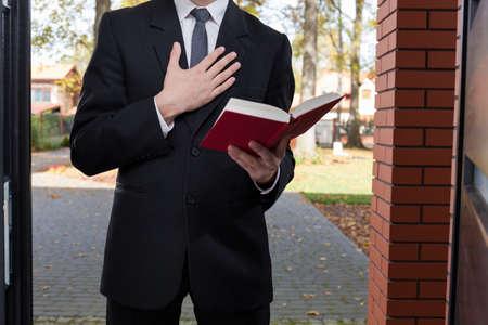 zeugnis: Jehovas Zeugen an der T�r stehen und h�lt Bibel