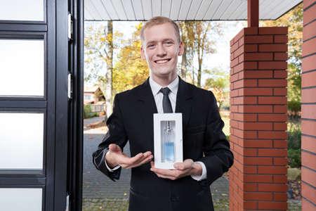 ドアのところに立っていると、香水を販売のセールスマンを笑顔 写真素材