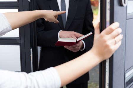 zeugnis: Frau Bestellung Jehovas Zeugen zu gehen