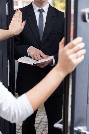 zeugnis: Frau sprechen Jehovas Zeugen in ihr Haus zu verlassen Lizenzfreie Bilder