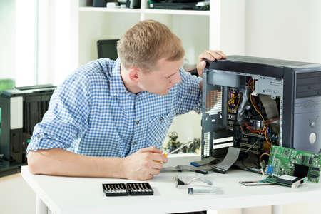 自宅のコンピューターを修理人のイメージ
