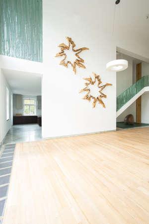 白い壁の装飾と広々 としたリビング ルーム