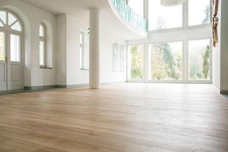 Foto van lege lichte woonkamer zonder meubels