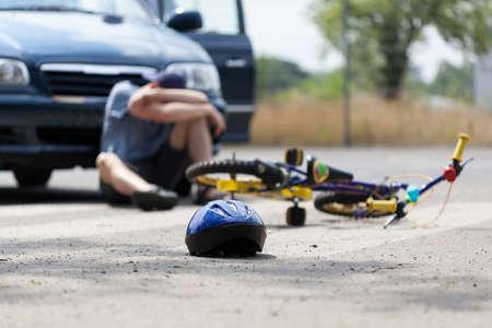 Мальчик страдает после велосипедной аварии с автомобилем Фото со стока