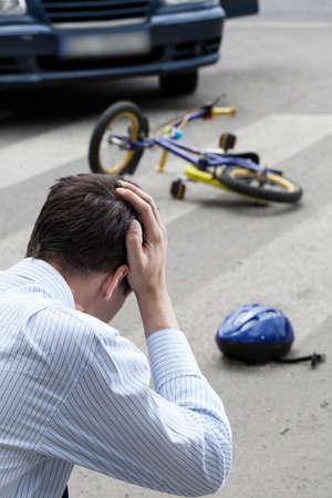ni�os en bicicleta: Un hombre worring de haber golpeado a un ni�o en una bicicleta