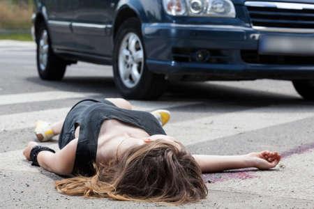 Een dode vrouw in het bloed na een auto-ongeluk