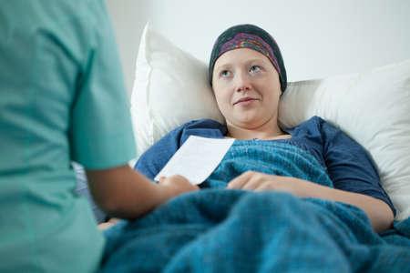 がんの若い女性医師試験若い病気の女性