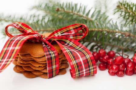 galletas de jengibre: Galletas de jengibre deliciosas en la mesa de navidad