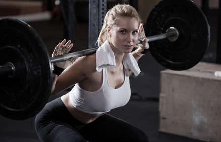 r�sistance: Image de fille faisant squat avec halt�res