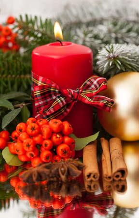 Vela de Navidad y el jengibre en una mesa