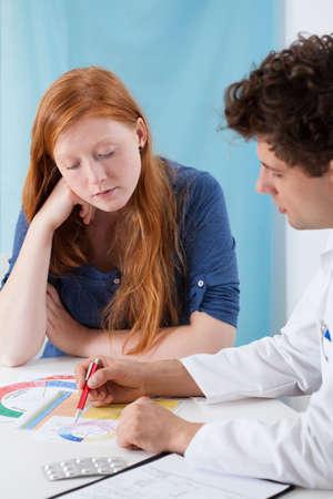 planificaci�n familiar: Ginec�logo explicando joven planificaci�n familiar natural