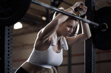 アスリート: 女性の crossfit センターでトレーニングのクローズ アップ