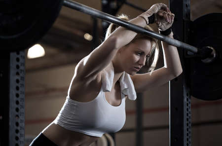 sterkte: Close-up van de vrouw training crossfit centrum