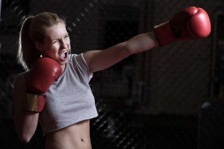 jolie fille: Jeune fille jolie de boxe crier au cours de sa formation