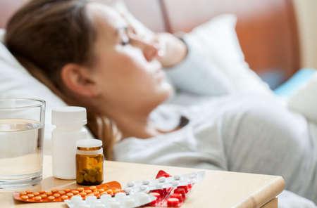 enfermos: Vista horizontal de la mujer dormida enfermo en el dormitorio Foto de archivo