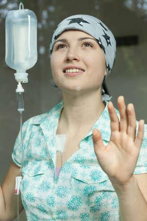 leucemia: Foto de la muchacha cáncer muy sonriente connceted a la quimioterapia Foto de archivo