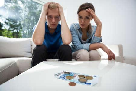 Gefrustreerd paar niet hebben van geld om te leven