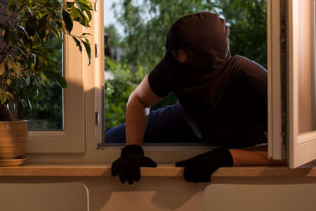 burglar protection: Breaking into the house by the window