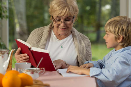 Roztomilý chlapec tráví čas v domě babičky Reklamní fotografie