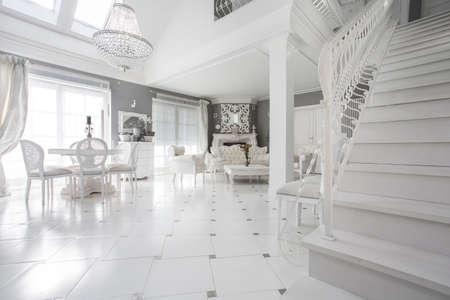 Exclusieve witte woonkamer met marmeren vloer