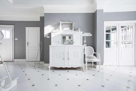 aparador: Branco aparador estilo do vintage no grande hall de entrada