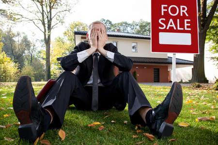 Agent de maison ayant résigné problème avec la vente de la maison Banque d'images - 34419252