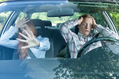 Paar in een auto op het punt om een crash hebben Stockfoto