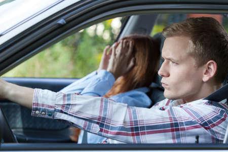 pareja discutiendo: Los jóvenes que tienen una lucha durante el viaje