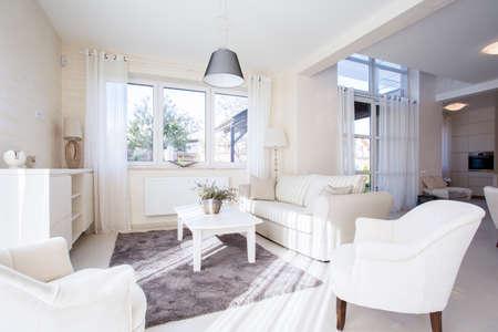 iluminacion: Lujo y amplia sala de estar en estilo elegante