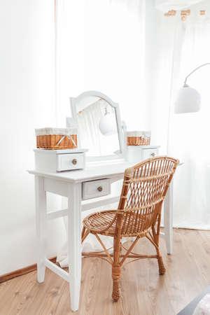 mimbre: Tocador vendimia belleza con la silla de mimbre