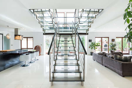 design interior: Modern stairs in luxury ans spacious apartment