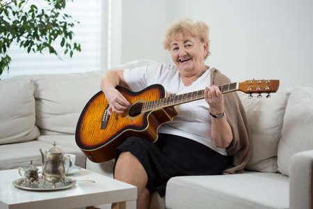cantando: Mujer alegre ancianos cantando la canci�n Foto de archivo