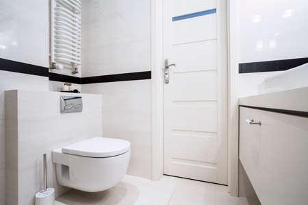 wc: Kleines, modernes Bad in Balck und weiß